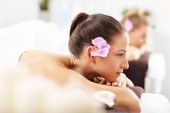 Deux belles femmes obtenant le massage dans la station thermale Image libre de droits