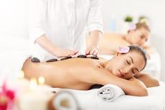 Deux belles femmes obtenant le massage dans la station thermale Image stock