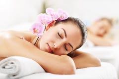 Deux belles femmes obtenant le massage dans la station thermale Images libres de droits