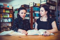 Deux belles femmes posant pour l'appareil-photo photos stock