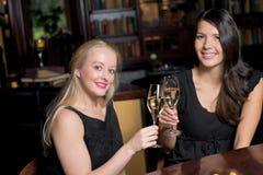 Deux belles femmes se grillant Photo stock