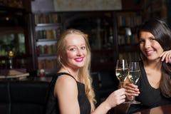 Deux belles femmes se grillant Photo libre de droits