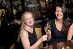 Deux belles femmes se grillant Images libres de droits