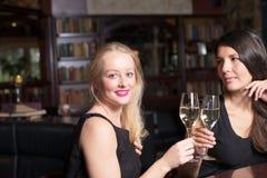 Deux belles femmes se grillant Photos stock