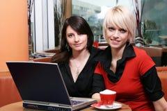 Deux belles femmes se réunissant au-dessus du café Image libre de droits