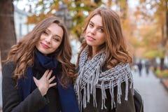 Deux belles femmes se tenant dehors Photographie stock