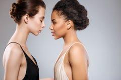 Deux belles femmes sensuelles se faisant face Images libres de droits