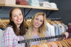Deux belles femmes souriant à l'appareil-photo Photos stock