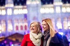 Deux belles femmes sur une promenade dans la ville lumineuse de nuit Photo stock