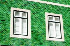Deux belles fenêtres sur un mur en céramique vert image stock
