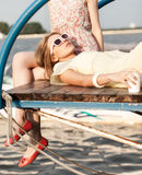 Deux belles filles à la jetée de mer Image stock