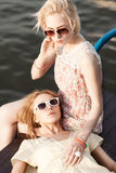 Deux belles filles à la jetée de mer Photos libres de droits