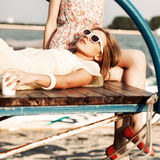 Deux belles filles à la jetée de mer Image libre de droits