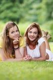 Deux belles filles accrochant en parc Photo stock