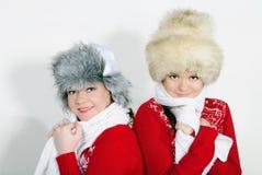 Deux belles filles avec des cadeaux sur un fond blanc Image stock