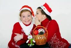 Deux belles filles avec des cadeaux sur un fond blanc Photo stock