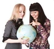 Deux belles filles avec le globe Image stock