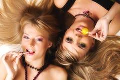 Deux belles filles avec le renivellement lumineux Photographie stock libre de droits