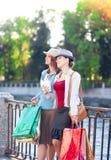 Deux belles filles avec les paniers et la tasse de café dans Photos libres de droits