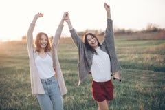 Deux belles filles ayant l'amusement dehors Images stock