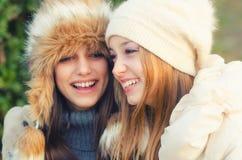 Deux belles filles ayant l'amusement extérieur le jour ensoleillé d'automne Photo stock