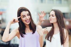Deux belles filles ayant l'amusement sur la rue Image libre de droits