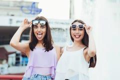 Deux belles filles ayant l'amusement sur la rue Photos stock