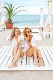 Deux belles filles buvant et ont l'amusement Images stock