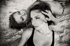 Deux belles filles dans le monochrome Photos stock