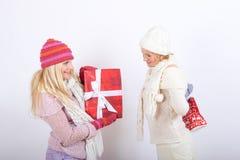 Deux belles filles de l'hiver avec des cadeaux de Noël Photos libres de droits
