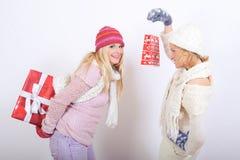Deux belles filles de l'hiver avec des cadeaux de Noël Images libres de droits