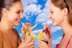 Deux belles filles des vacances Image libre de droits