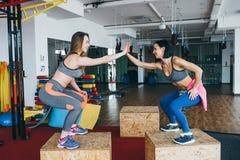 Deux belles filles ensemble dans une salle de forme physique Photographie stock
