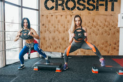 Deux belles filles ensemble dans une salle de forme physique Photo libre de droits