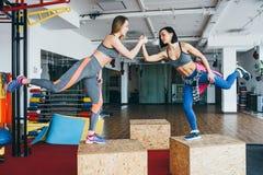 Deux belles filles ensemble dans une salle de forme physique Photos libres de droits