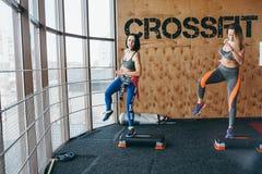 Deux belles filles ensemble dans une salle de forme physique Image libre de droits