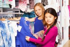 Deux belles filles faisant des emplettes ensemble dans le magasin Image stock