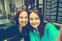 Deux belles filles faisant le selfie Photos stock