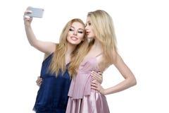 Deux belles filles faisant le selfie Images libres de droits
