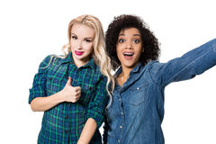 Deux belles filles faisant le selfie Photographie stock