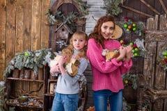 Deux belles filles posant dans des décorations de Noël Photo stock