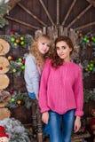Deux belles filles posant dans des décorations de Noël Photos stock