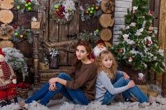 Deux belles filles posant dans des décorations de Noël Photos libres de droits