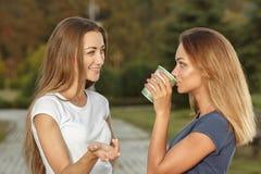 Deux belles filles se réunissent en parc Photo libre de droits