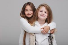 Deux belles filles sur le fond blanc Photos libres de droits
