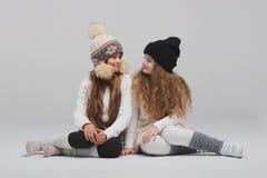 Deux belles filles sur le fond blanc Images stock
