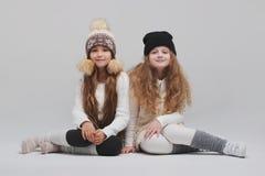 Deux belles filles sur le fond blanc Photographie stock