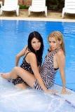Deux belles jeunes amies Image stock