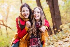 Deux belles jeunes femmes appréciant en parc Photos stock