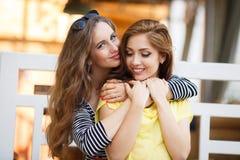 Deux belles jeunes femmes ayant l'amusement dans la ville Photo stock
